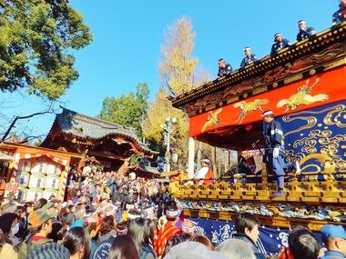 2・境内神門前で曳き踊りを奉納する宮地屋台