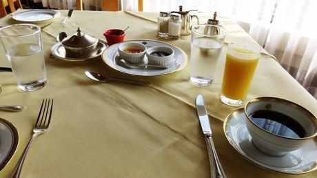 18・朝陽が差し込むテラス風の席で朝食を