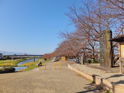 大和川の堤に立つ仏教傳来之地の石碑