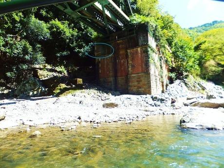 保津川橋梁の袂に過去の増水時の印が
