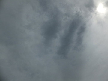 春一番が吹く前はまだ雲が空を覆う