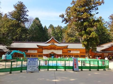 10・神楽殿修復中で拝殿が正面にくっきり