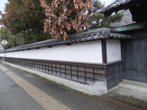 勘解由家の漆喰塀