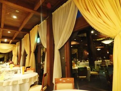 夜のとばりが下りたレストラン