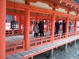回廊を歩く観光客