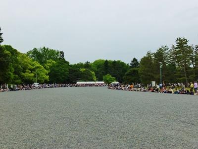 京都御苑の玉砂利を踏んで行列が通ります