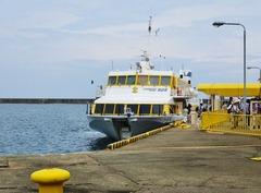 1・両津港に着岸したジェットフォイル