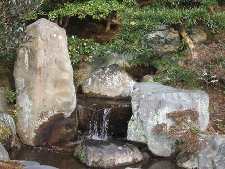 一の間東庭の滝