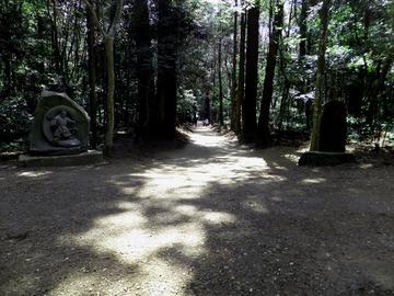 要石への参道