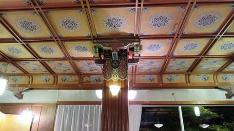 16・折り上げ格天井と柱頭彫刻