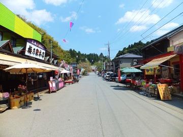 参道両脇には土産物屋や食事処が並ぶ