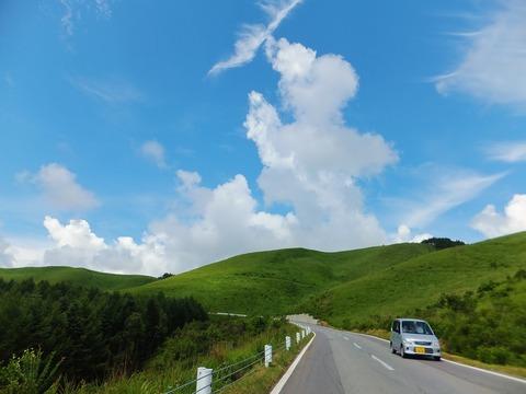 ビーナスラインと丘陵と夏雲