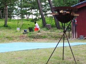11・火入れ式を待つ巫女さん