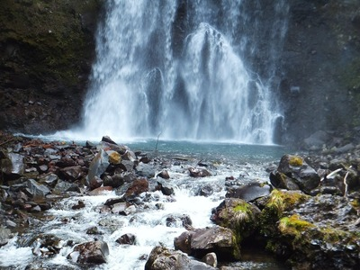落下の水勢で岩が削り取られてゆく