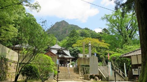 後背にそびえる女体山と大窪寺