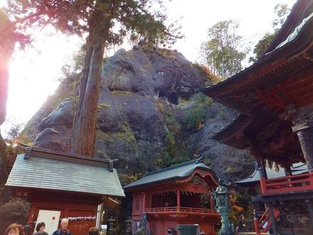 榛名神社本殿境内と屏風岩