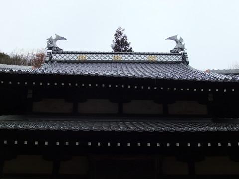 右に傾く上屋根