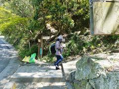 御陵への登山口