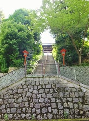 9・階段下より山門を