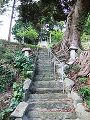 能理刀神社の急勾配の石段
