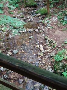 太鼓橋の下を流れる細川