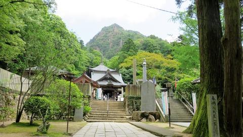 女体山と第88番札所・大窪寺本堂