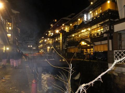 17・湯煙りの立ち昇る川筋