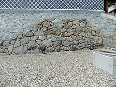 奉行所の石垣遺構を組み込み復元