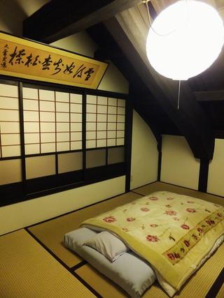 大きな梁のある二階の寝所