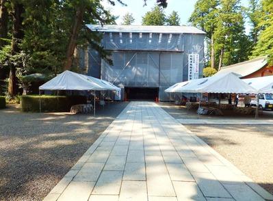 屋根の桧皮葺替工事中の社殿