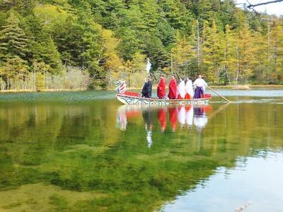 湖面を進む龍頭舟