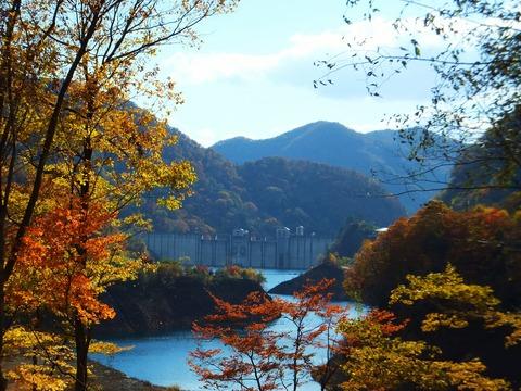 赤沢橋より紅葉と四万川ダム