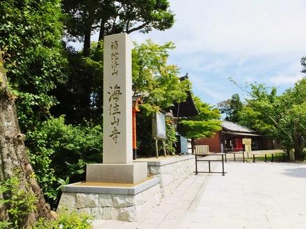 6・境内入口に立つ石柱