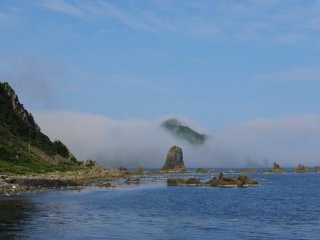 霧に隠れる大野亀