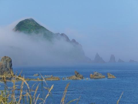 朝霧にかすむ大野亀