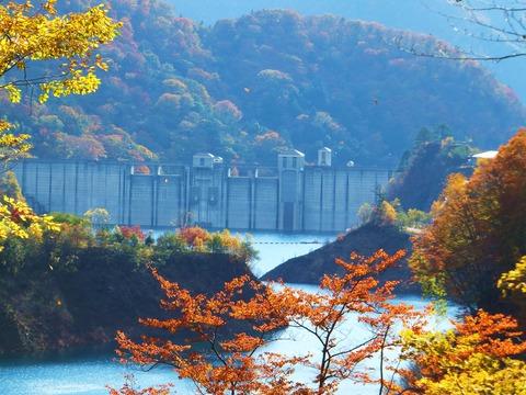四万川ダムと紅葉