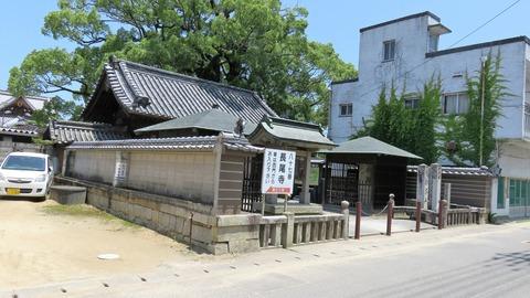 1・こぢんまりした外観の長尾寺の正面