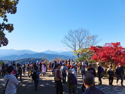 20・富士山の見える展望台辺りはすごい人