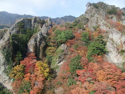 屹立する岩山の紅葉