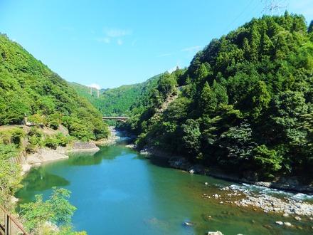 迫る渓谷にJRの鉄橋