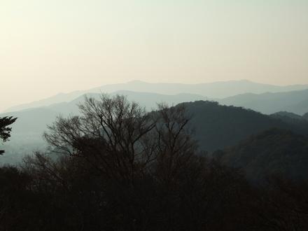 西山愛宕山を望む