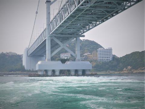 �鳴門大橋の真下で渦潮発生