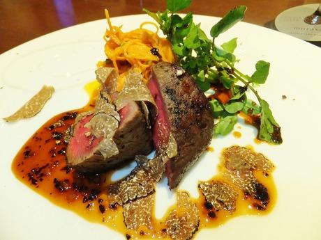 黒毛和牛フィレ肉のロースト・サマートリュフソース