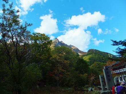 奥宮参道入口から穂高岳を仰ぐ