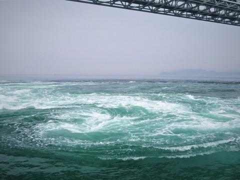 鳴門の大潮の渦潮