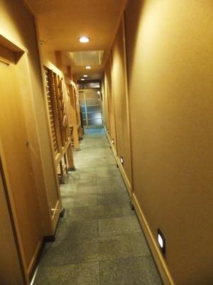 座敷口より突当りが玄関を。左手暖簾内がカウンター