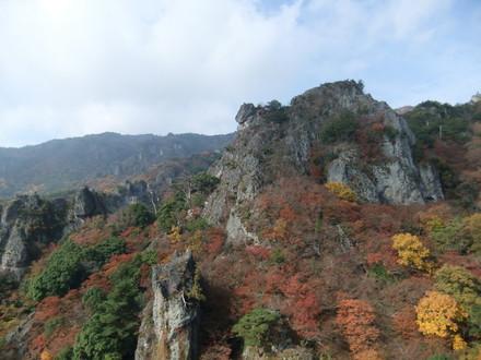岩山に張り付く紅葉