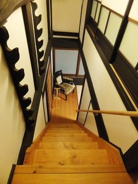 二階寝所から一階の居間への階段