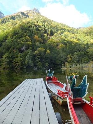 明神岳を正面に明日の出番を待つ龍島鷁首の舟