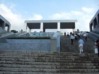 パルテノン多摩の水上能へ向かう観客
